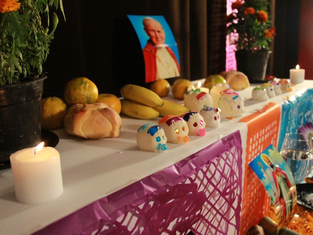 Conoce el significado de la combinación entre morado y naranja en el Día de Muertos